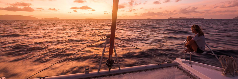 Sunsail Katamaran im Sonnenuntergang